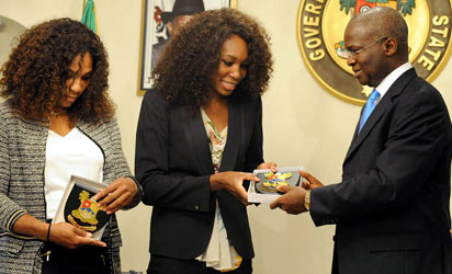 File photo: Lagos State Governor Babatunde Fashola presents the emblem of the state government to US tennis stars Venus (C) and Serena Williams during a visit at the Government House in Lagos October 31, 2012. AFP PHOTO